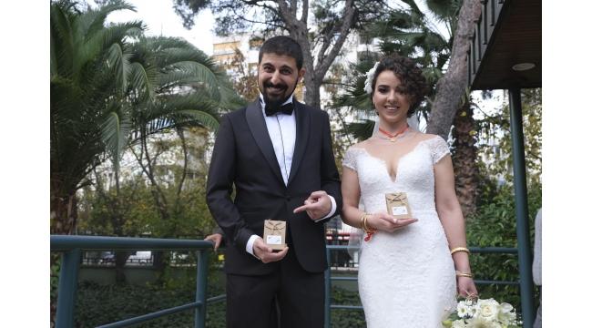 Genç çift nikah şekeri yerine kuru üzüm dağıttı