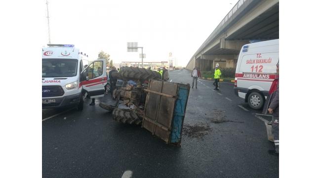 Otomobille çarpışan traktör yan yattı: 2 yaralı