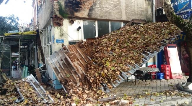 Tarihi Deveciler Kahvehanesinin eternitleri çöktü