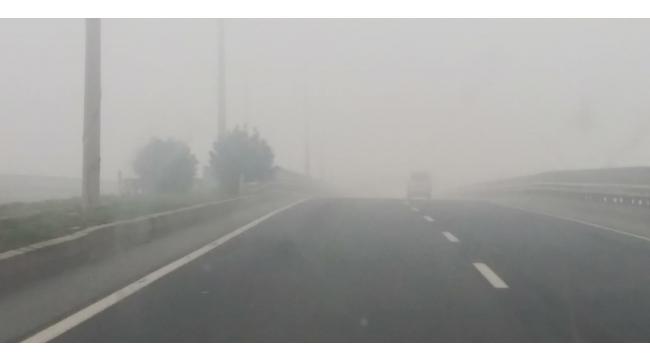 Turgutlu-İzmir karayolunda sis etkili olmaya devam ediyor(TIKLA-İZLE)