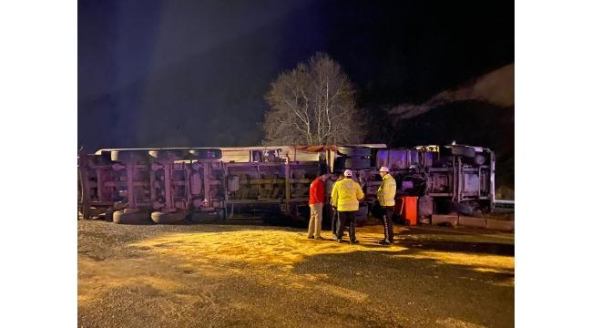 Turgutlu- Manisa Karayolunda TIR devrildi: 2 kişi Yaralandı