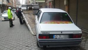 Kaldırıma park eden araçlar çekiciyle kaldırıldı