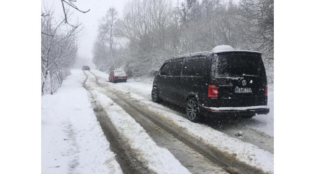 Turgutlu'da karda mahsur kalan 8 araç kurtarılmayı bekliyor - VİDEO