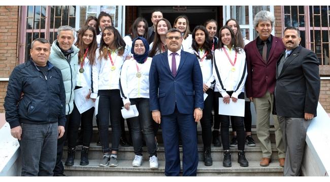 Turgutlu Lisesi Genç Kız Basketbol Takımı grup şampiyonu oldu