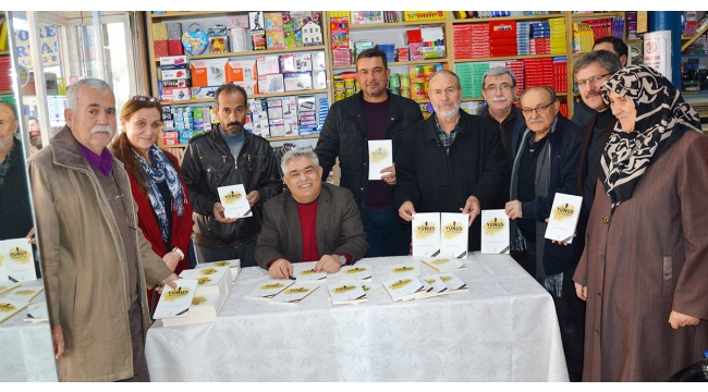 Turgutlulu bilim adamı Prof. Dr. Açıkgöz kitabını imzaladı