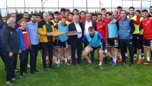 Turgutluspor'da yöneticilerden futbolculara tatlı ziyafeti