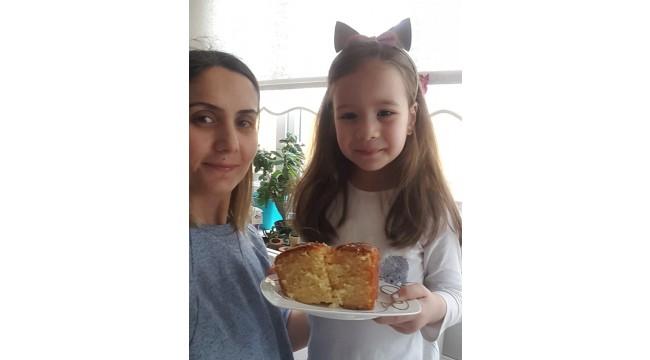 """5 yaşındaki Bilge'den sağlık çalışanlarına """"kek"""" jesti"""