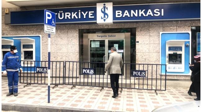 Banka kuyruklarına bariyerli önlem