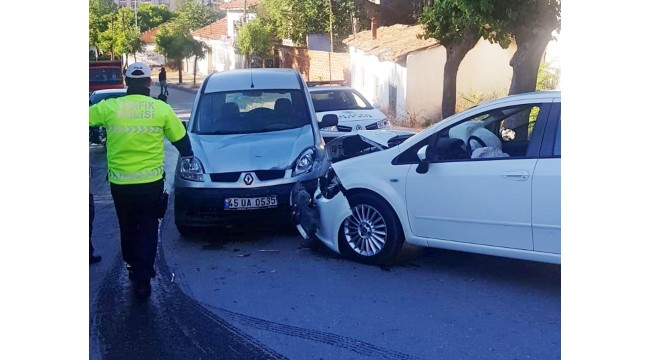 Hafif ticari araç ile otomobil çarpıştı: 5 yaralı