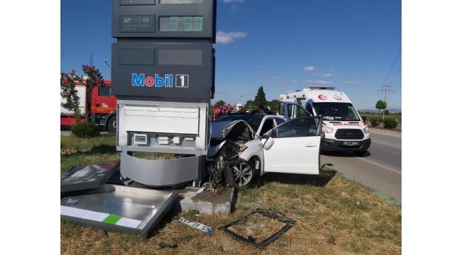 Tabelaya çarpan otomobilde bir kişi öldü, 2 kişi ağır yaralandı