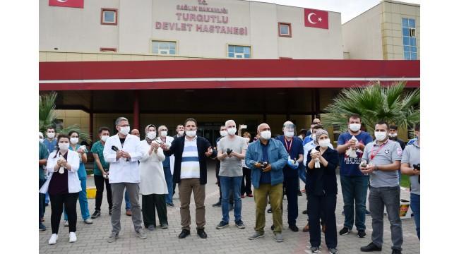 Turgutlu'da sağlık çalışanları için 500 güvercin uçuruldu