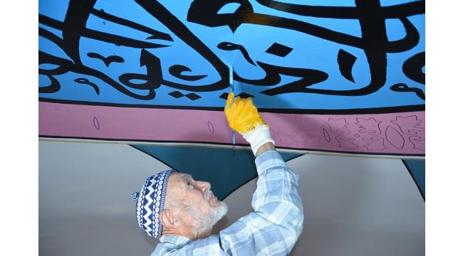 75 yaşındaki nakkaş, 6 asırlık tarihi caminin duvar süslemelerini işliyor