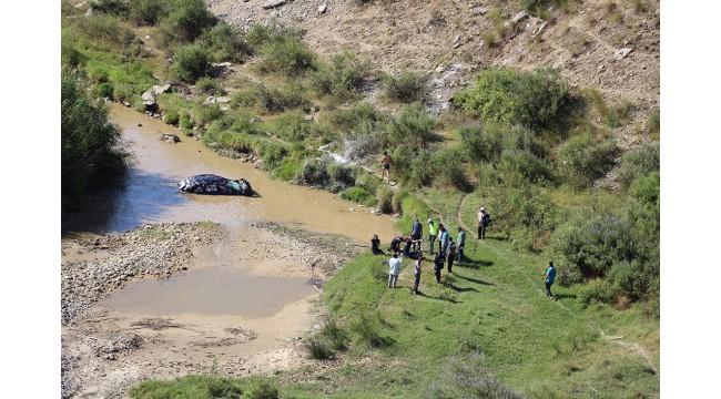 Uçurumdan nehre yuvarlanan otomobilin sürücüsü yaralı olarak kurtuldu