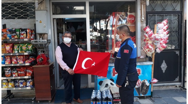 Ahmetli Belediyesi'nden esnaflara 'Türk Bayrağı'
