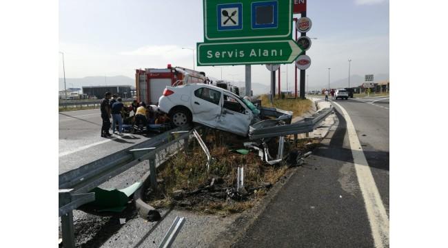 İstanbul-İzmir Otoyolu'nda bariyerlere çarpan otomobildeki 2 kişi yaralandı