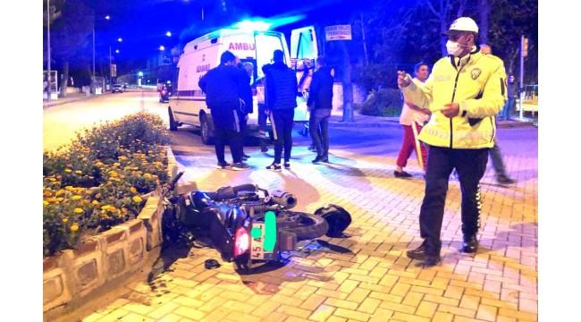 Bulvarda otomobille motosiklet çarpıştı: 1 yaralı