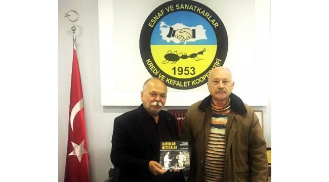 Yazar Bökü'den Esnaf Kefalet Başkanı Coşkun'a 'Kaybolan Meslekler' kitabı hediyesi