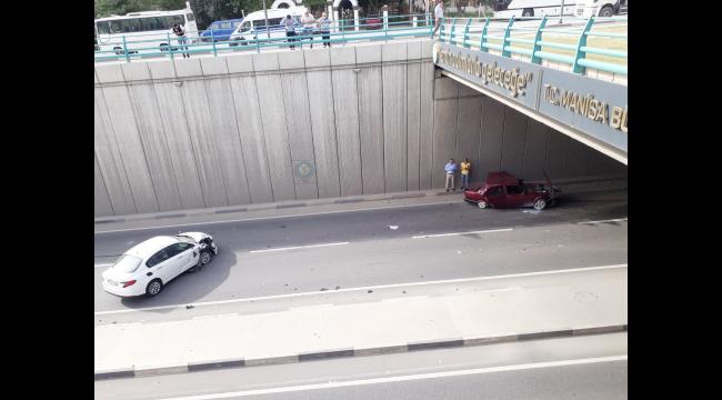 Battı çıktıda iki otomobil çarpıştı: 2 yaralı