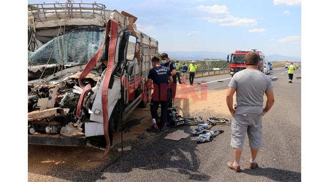 Kamyonet, kamyona arkadan çarptı: 1 ölü, 1 yaralı