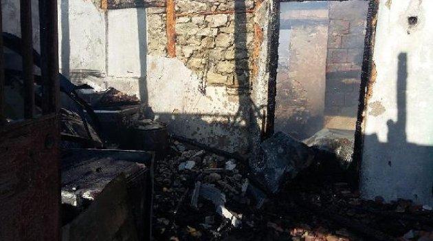 İki katlı ahşap ev ve paralar yandı