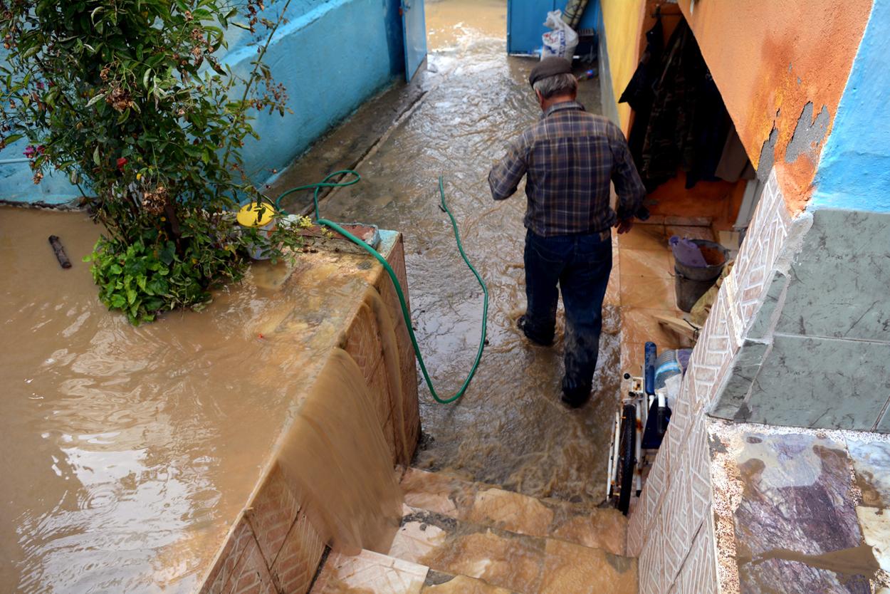 Teyzesinin evini su bastı