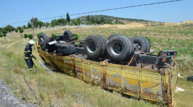 Seramik yüklü kamyon devrildi, sürücü yaralandı